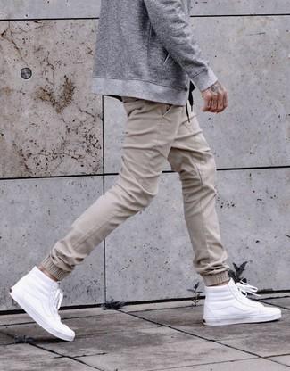 Cómo combinar un pantalón de chándal en beige: Elige una cazadora de aviador gris y un pantalón de chándal en beige para conseguir una apariencia relajada pero elegante. Zapatillas altas de cuero blancas añadirán interés a un estilo clásico.