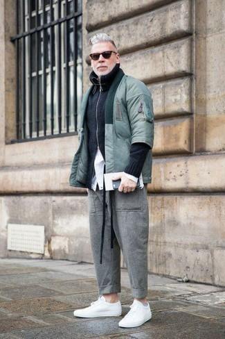 Cómo combinar: cazadora de aviador en verde menta, jersey con cremallera negro, camisa de vestir blanca, pantalón chino de lana gris