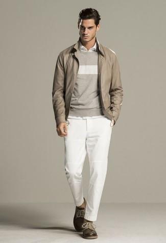 Cómo combinar: cazadora de aviador de cuero en beige, jersey con cuello circular de rayas horizontales gris, camisa de manga larga blanca, pantalón chino blanco