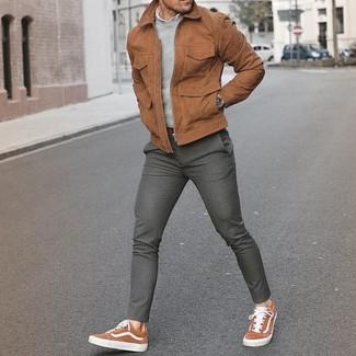Cómo combinar unos tenis de ante marrónes: Intenta ponerse una cazadora de aviador de ante marrón y un pantalón de vestir de lana gris para un perfil clásico y refinado. ¿Quieres elegir un zapato informal? Haz tenis de ante marrónes tu calzado para el día.
