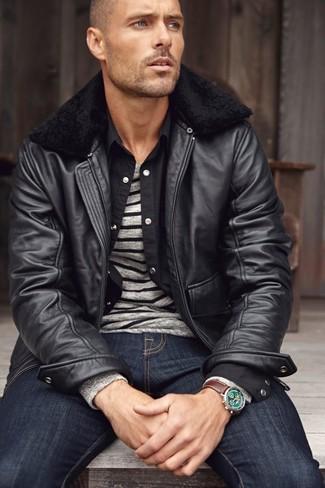 Cómo combinar: cazadora de aviador de cuero negra, jersey con cuello circular de rayas horizontales gris, camisa de manga larga negra, vaqueros azul marino