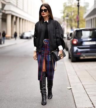 Cómo combinar un jersey con cuello circular negro: Casa un jersey con cuello circular negro con una falda lápiz de tartán negra para conseguir una apariencia glamurosa y elegante. Haz botas de caña alta de cuero negras tu calzado para destacar tu lado más sensual.