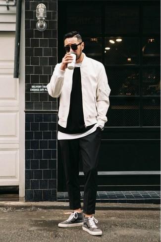 Cómo combinar: cazadora de aviador blanca, jersey con cuello circular negro, camiseta con cuello circular blanca, pantalón chino negro