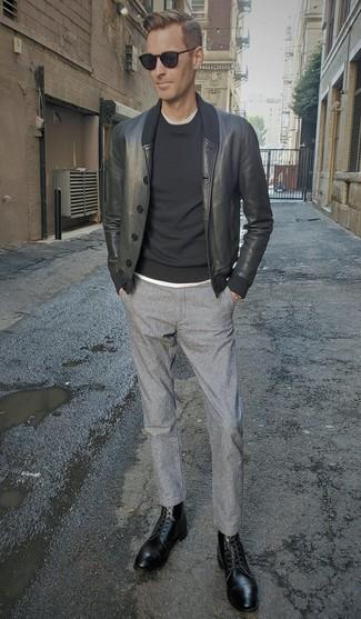 Cómo combinar una cazadora de aviador de cuero negra: Para un atuendo que esté lleno de caracter y personalidad empareja una cazadora de aviador de cuero negra junto a un pantalón chino de lana gris. Dale un toque de elegancia a tu atuendo con un par de botas formales de cuero negras.
