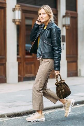 Cómo combinar: cazadora de aviador de cuero negra, jersey con cuello circular amarillo, falda pantalón a cuadros marrón claro, deportivas en beige