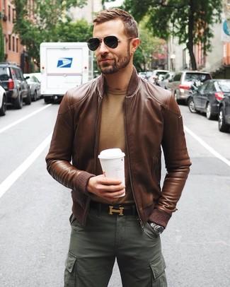 Cómo combinar: cazadora de aviador de cuero marrón, jersey con cuello circular marrón claro, pantalón cargo verde oscuro, correa de cuero en marrón oscuro
