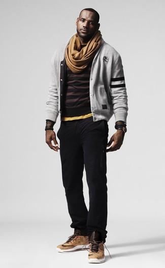 Cómo combinar: cazadora de aviador gris, jersey con cuello circular de rayas horizontales en marrón oscuro, pantalón chino negro, zapatillas altas de cuero marrón claro
