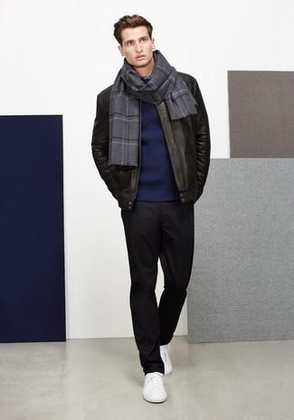 Cómo combinar una bufanda a cuadros gris: Una cazadora de aviador de cuero negra y una bufanda a cuadros gris son una opción estupenda para el fin de semana. Tenis de cuero blancos proporcionarán una estética clásica al conjunto.