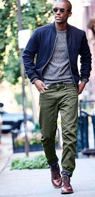 Equípate un jersey con cuello circular gris de hombres de Anvil junto a un pantalón chino verde oliva para conseguir una apariencia relajada pero elegante. ¿Te sientes ingenioso? Dale el toque final a tu atuendo con botas casual de cuero marrónes.