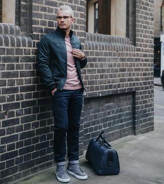 Cómo combinar: cazadora de aviador de cuero negra, jersey con cuello circular rosado, pantalón chino azul marino, zapatillas altas de ante grises