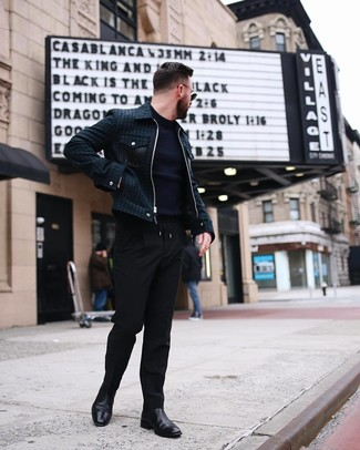 Cómo combinar una cazadora de aviador verde oscuro para hombres de 30 años: Considera emparejar una cazadora de aviador verde oscuro junto a un pantalón chino negro para un look diario sin parecer demasiado arreglada. Con el calzado, sé más clásico y haz botines chelsea de cuero negros tu calzado.