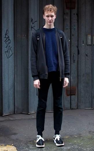 Cómo combinar un pantalón chino negro para hombres adolescentes: Empareja una cazadora de aviador azul marino junto a un pantalón chino negro para una apariencia fácil de vestir para todos los días. ¿Quieres elegir un zapato informal? Completa tu atuendo con tenis de ante en negro y blanco para el día.
