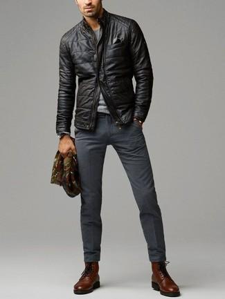 Empareja una cazadora de aviador de cuero acolchada negra con un pantalón de vestir de lana en gris oscuro para rebosar clase y sofisticación. ¿Te sientes valiente? Opta por un par de botas formales de cuero en marrón oscuro.