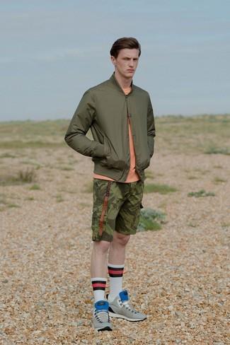 Una cazadora de aviador verde oliva de hombres de Ben Sherman y unos pantalones cortos de camuflaje verde oliva son prendas que debes tener en tu armario. Completa el look con tenis de ante grises.