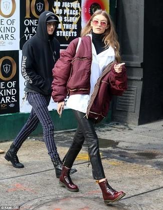 Outfits mujeres: Empareja una cazadora de aviador burdeos junto a unos pantalones pitillo de cuero negros para conseguir una apariencia glamurosa y elegante. ¿Quieres elegir un zapato informal? Elige un par de botas planas con cordones de cuero burdeos para el día.