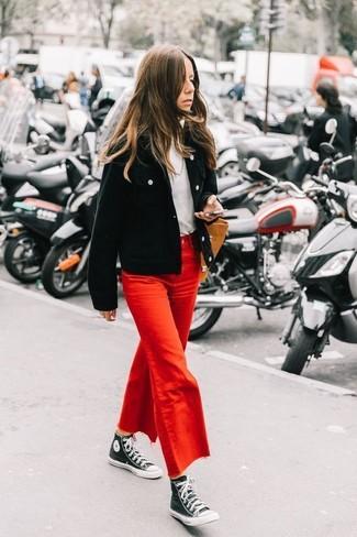 Cómo combinar: cazadora de aviador de pana negra, jersey de cuello alto blanco, falda pantalón vaquera roja, zapatillas altas de lona en negro y blanco