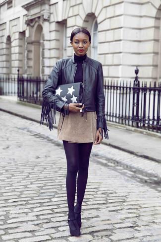 Cómo combinar: cazadora de aviador de cuero сon flecos negra, jersey de cuello alto negro, minifalda de ante en beige, zapatos de tacón de ante negros