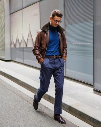 Cómo combinar: cazadora de aviador de cuero marrón, jersey de cuello alto azul, pantalón cargo azul marino, mocasín de cuero burdeos