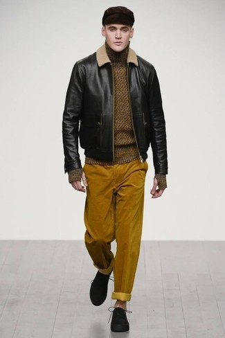 Cómo combinar: cazadora de aviador de cuero negra, jersey de cuello alto de lana verde oliva, pantalón chino de pana en tabaco, zapatos derby de ante negros