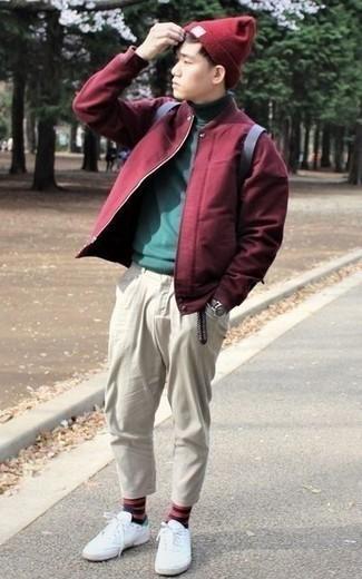 Cómo combinar una cazadora de aviador burdeos: Emparejar una cazadora de aviador burdeos y un pantalón chino en beige es una opción cómoda para hacer diligencias en la ciudad. Si no quieres vestir totalmente formal, opta por un par de tenis de lona blancos.