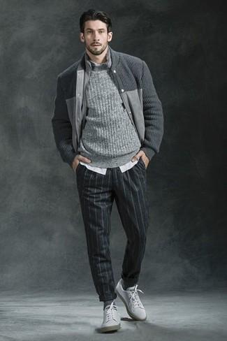 Perfecciona el look casual elegante en un jersey de ochos gris de hombres de Gant y un pantalón de vestir de lana de rayas verticales en gris oscuro. Haz este look más informal con tenis blancos.