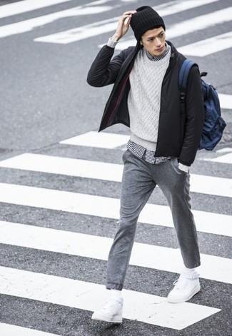 Cómo combinar: cazadora de aviador negra, jersey de ochos blanco, camisa de manga larga de cuadro vichy en blanco y negro, pantalón de chándal gris