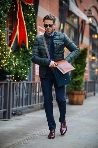 Cómo combinar: cazadora de aviador acolchada verde oscuro, jersey de ochos azul marino, camisa de manga larga celeste, pantalón de vestir azul marino
