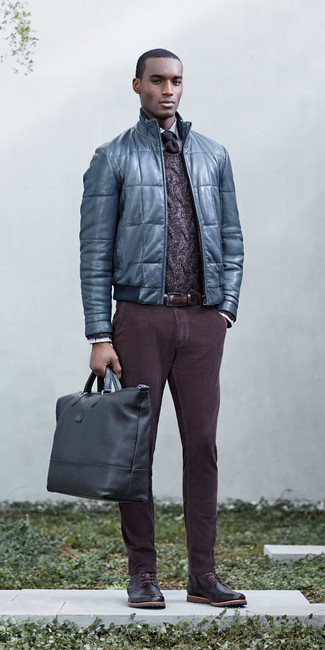 Cómo combinar: cazadora de aviador de cuero acolchada azul, jersey de ochos en marrón oscuro, camisa de vestir de tartán celeste, pantalón chino en marrón oscuro