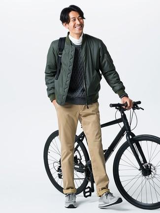Cómo combinar: cazadora de aviador verde oscuro, jersey de ochos en gris oscuro, jersey de cuello alto blanco, pantalón chino marrón claro