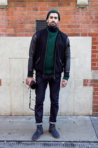 Cómo combinar: cazadora de aviador de cuero negra, jersey de ochos verde oscuro, jersey de cuello alto negro, vaqueros azul marino
