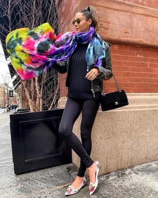 Look de moda: Cazadora de aviador de cuero negra, Jersey de ochos negro, Leggings negros, Mocasín de cuero con print de flores blancos
