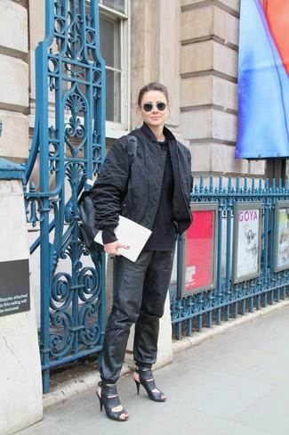 Cómo combinar una mochila de cuero negra: Emparejar una cazadora de aviador negra con una mochila de cuero negra es una opción buena para el fin de semana. Sandalias de tacón de cuero negras son una sencilla forma de complementar tu atuendo.