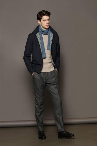 Accede a un refinado y elegante estilo con un jersey de ochos en beige y un pantalón de vestir de lana gris. Un par de mocasín con borlas de cuero negro se integra perfectamente con diversos looks.