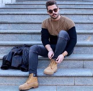 Cómo combinar un jersey de ochos azul marino estilo casuale: Empareja un jersey de ochos azul marino junto a unos vaqueros pitillo azul marino para conseguir una apariencia relajada pero elegante. ¿Quieres elegir un zapato informal? Usa un par de botas de trabajo de ante marrón claro para el día.