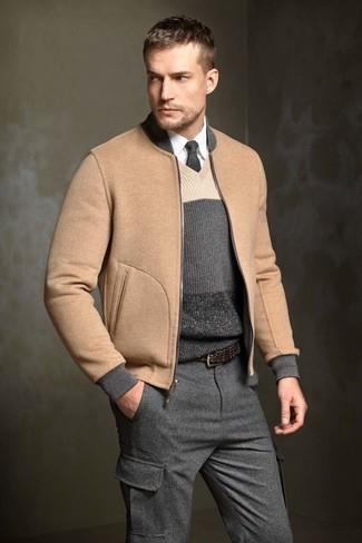 Cómo combinar: cazadora de aviador de lana marrón claro, jersey de pico de rayas horizontales en gris oscuro, camisa de vestir blanca, pantalón cargo de lana en gris oscuro