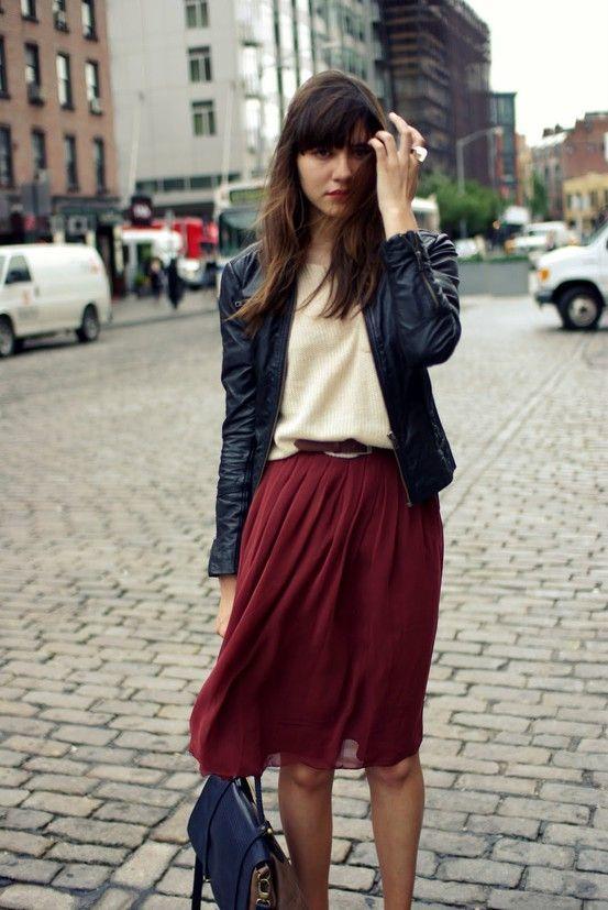 693d788bc Cómo combinar una falda midi plisada burdeos (28 looks de moda ...