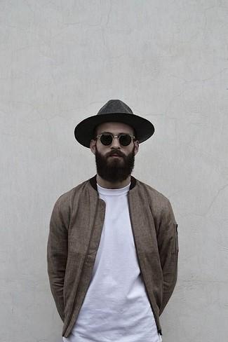Cómo combinar: cazadora de aviador marrón, camiseta con cuello circular blanca, sombrero de lana en gris oscuro