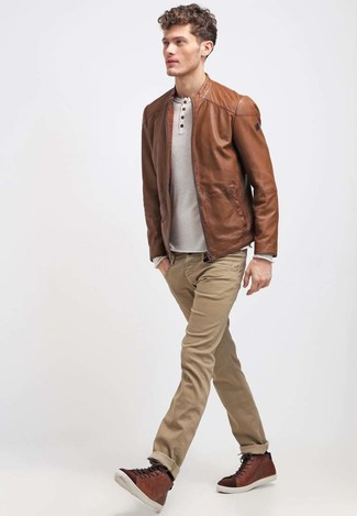 Cómo combinar: cazadora de aviador de cuero marrón, camiseta henley de manga larga en beige, vaqueros marrón claro, zapatillas altas de cuero marrónes