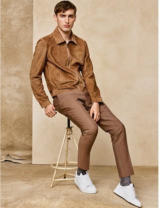 Cómo combinar: cazadora de aviador de ante marrón claro, pantalón de vestir marrón claro, tenis de cuero blancos, calcetines marrónes
