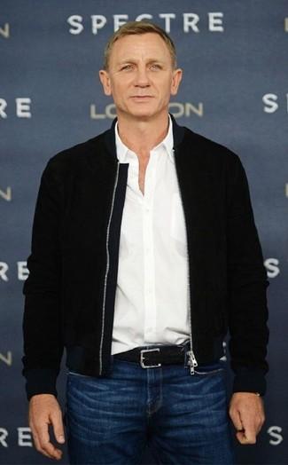 Look de Daniel Craig: Cazadora de aviador negra, Camisa de manga larga blanca, Vaqueros azules, Correa de cuero tejida negra