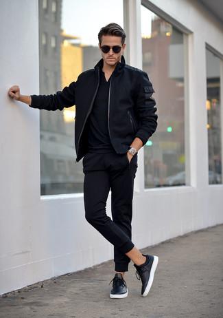 Cómo combinar una camisa polo negra: Opta por una camisa polo negra y un pantalón de chándal negro transmitirán una vibra libre y relajada. Con el calzado, sé más clásico y elige un par de tenis de cuero negros.