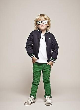 Cómo combinar: cazadora de aviador negra, camiseta blanca, vaqueros verdes, zapatillas blancas