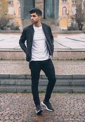 Cómo combinar unas deportivas en negro y blanco: Para un atuendo que esté lleno de caracter y personalidad intenta combinar una cazadora de aviador negra con un pantalón chino negro. Haz este look más informal con deportivas en negro y blanco.