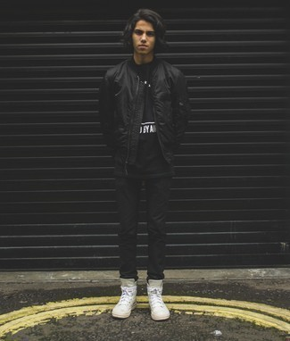 Cómo combinar un pantalón chino negro para hombres adolescentes: Utiliza una cazadora de aviador de nylon negra y un pantalón chino negro para una apariencia fácil de vestir para todos los días. ¿Quieres elegir un zapato informal? Elige un par de zapatillas altas de cuero blancas para el día.