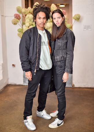 Una cazadora de aviador negra y un pantalón chino negro son prendas que debes tener en tu armario. Si no quieres vestir totalmente formal, elige un par de zapatillas altas de cuero grises.
