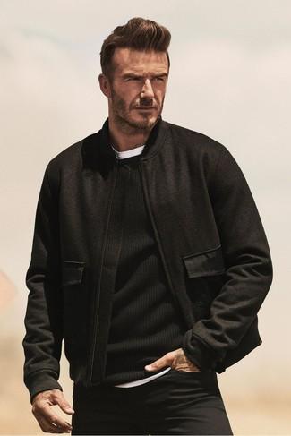 Cómo combinar: cazadora de aviador de lana negra, jersey con cuello circular negro, camiseta con cuello circular blanca, vaqueros negros
