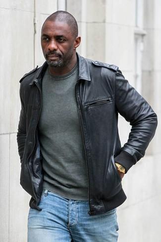 Look de Idris Elba: Cazadora de Aviador de Cuero Negra, Jersey con Cuello Circular Verde Oscuro, Vaqueros Celestes, Reloj Dorado