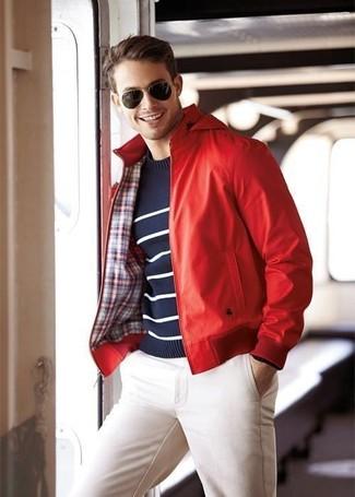 Cómo combinar: cazadora de aviador de cuero roja, jersey con cuello circular de rayas horizontales en azul marino y blanco, pantalón chino blanco, gafas de sol en marrón oscuro