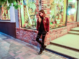 Look de moda: Cazadora de Aviador Roja, Jersey con Cuello Circular de Angora Negro, Leggings de Cuero Negros, Botas planas con cordones de Cuero Negras