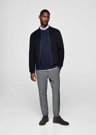 Cómo combinar: cazadora de aviador de lana negra, sudadera azul marino, camisa de manga larga blanca, pantalón chino gris